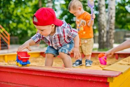 Junge spielt im Sandkasten